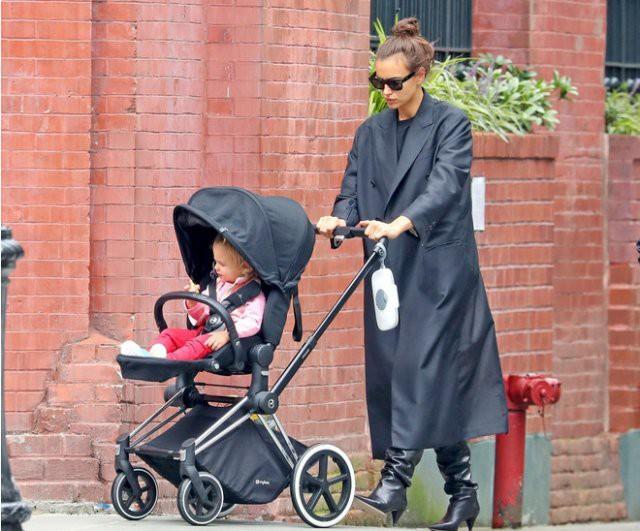 Ирина Шейк на прогулке с дочерью в Нью-Йорке