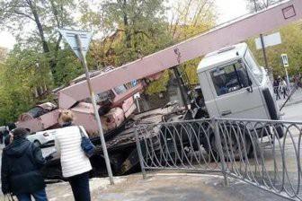 В центре Казани автокран провалился под асфальт