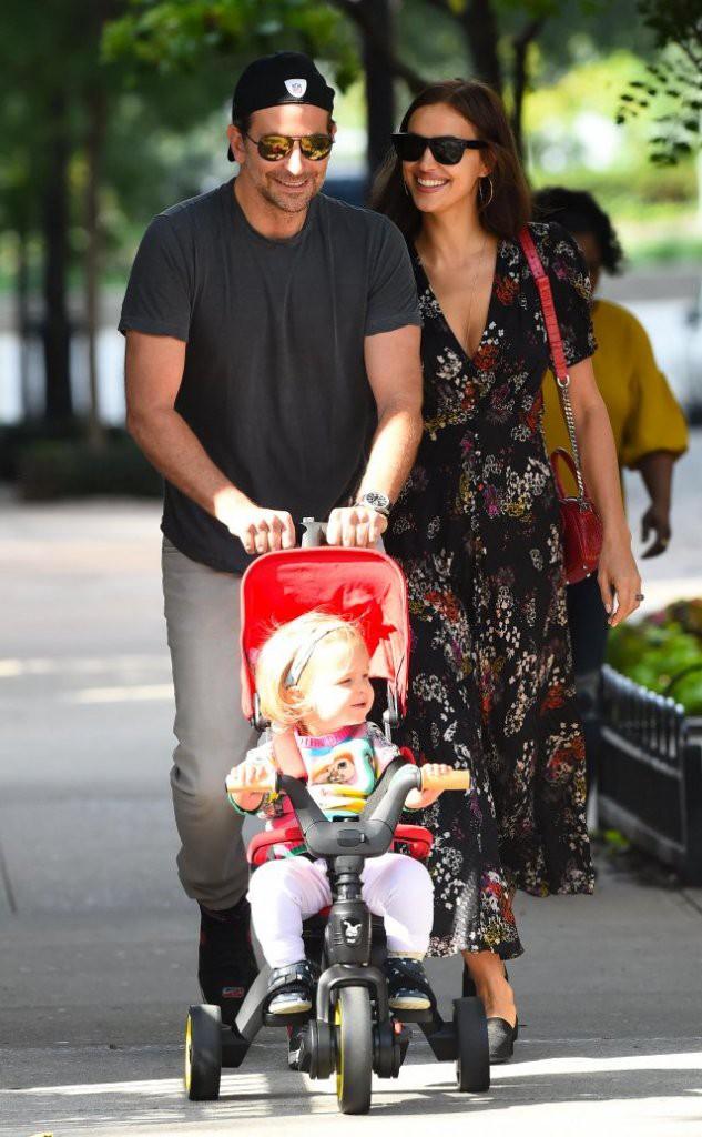 Фото прогулки Брэдли Купера и Ирины Шейк с дочерью умилило фанатов