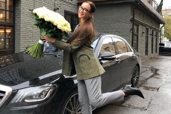 """Бузова подарила поклоннице """"Мерседес"""" после обвинений в мошенничестве"""