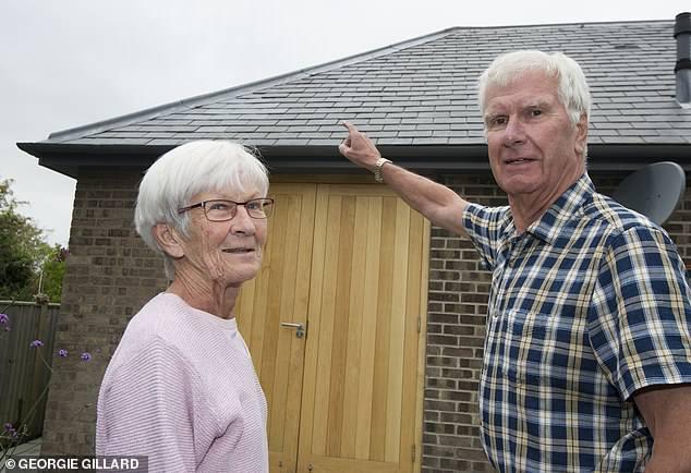 В Великобритании несколько крупных кусков льда упали с неба и нанесли ущерб частному дому