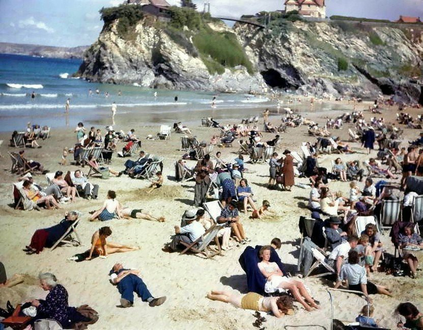 """На пляжном снимке 1943 года увидели """"путешественника во времени со смартфоном"""""""