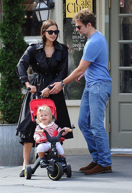 Дочки-матери: Ирина Шейк на прогулке с малышкой Леей