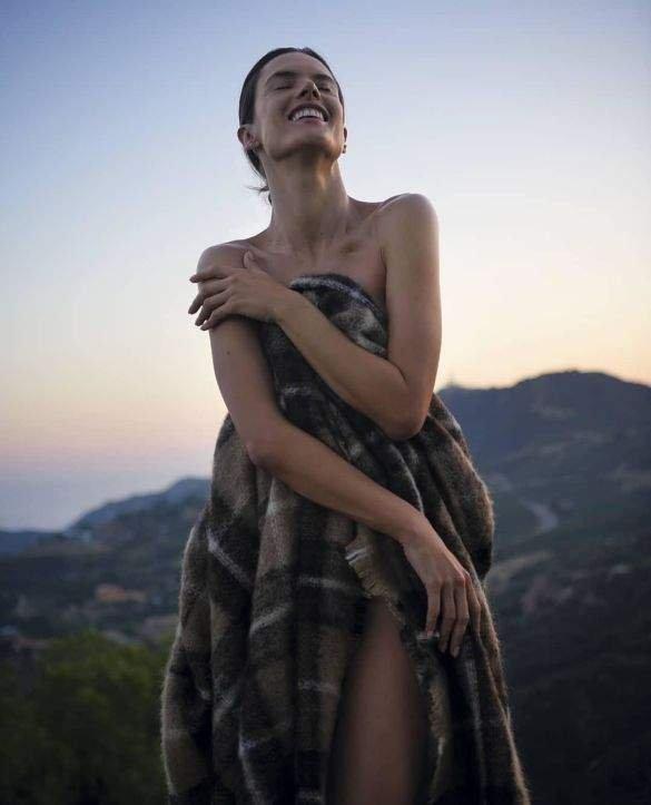 Супермодель Алессандра Амбросио предстала в откровенном образе