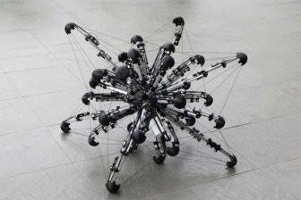В Японии ученые создали робота с 32 ногами