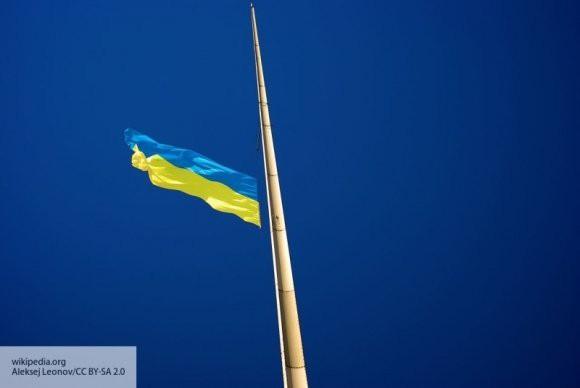 Конфуз президента: флаг Украины упал в присутствии Порошенко