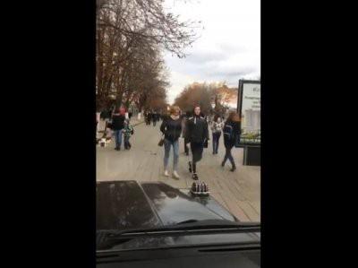 Алексей Панин прокатился на Gelandewagen по пешеходной улице в Саратове