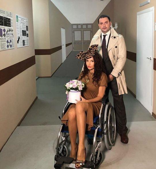 Эвелина Бледанс показалась в инвалидом кресле