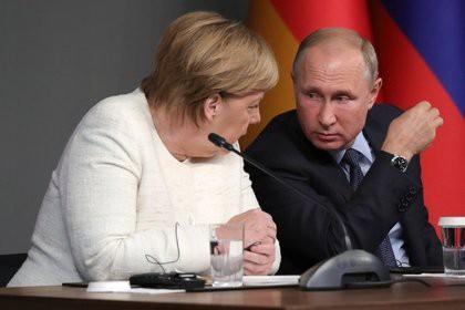 Меркель заинтересовало пальто Путина