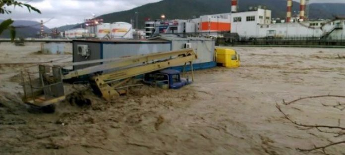 Наводнение в Сочи сейчас 26.10.2018: два человека погибли, водой смыло мост (ВИДЕО)