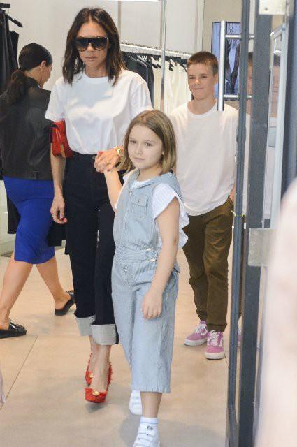 Виктория Бекхэм с дочерью Харпер и сыном Крузом прошлась по магазинам Сиднея