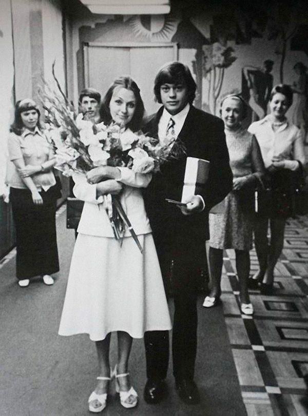 Вдову Караченцова затравили в Сети