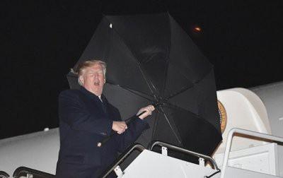 Дональд Трамп бросил зонт при входе в самолет