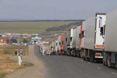 На казахстанско-российской границе застряли сотни грузовиков