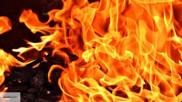 Четыре резервуара загорелись на нефтебазе в Югре