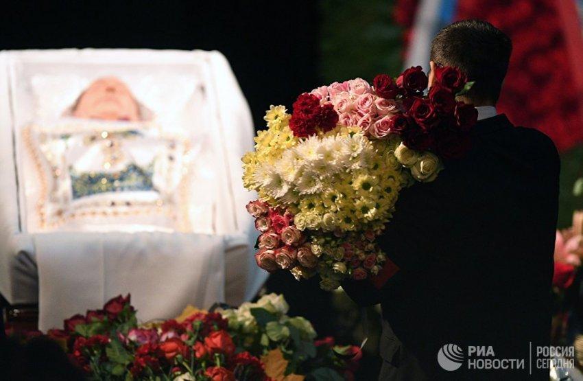 """В """"Ленкоме"""" завершилась церемония прощания с Николаем Караченцовым"""