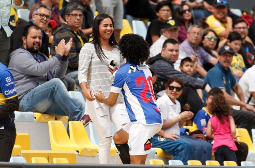 Венесуэльский футболист сделал предложение девушке прямо во время матча