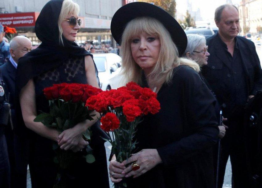 «Траурная маразматичка»: Пугачеву осудили за посещение похорон Караченцова
