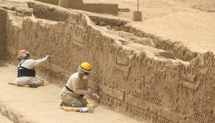 """В Перу нашли доинкские деревянные фигурки """"хранителей"""" в масках"""