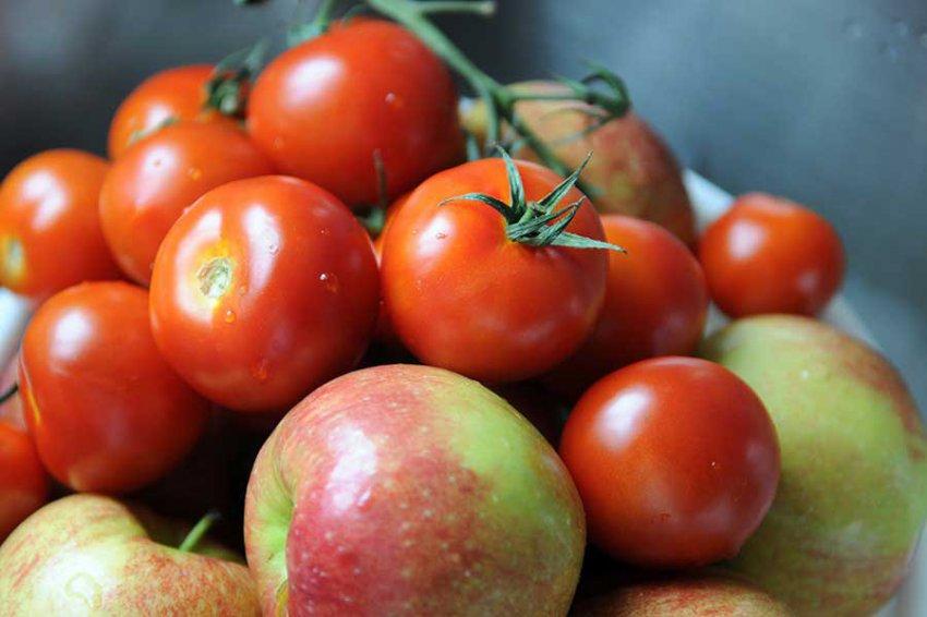 Ученые: Яблоки и томаты помогут восстановить легкие курильщиков