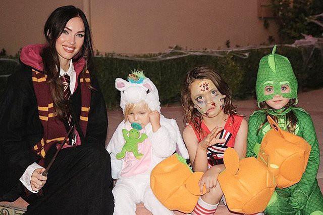 Меган Фокс отпраздновала Хеллоуин и поделилась редкими фотографиями детей