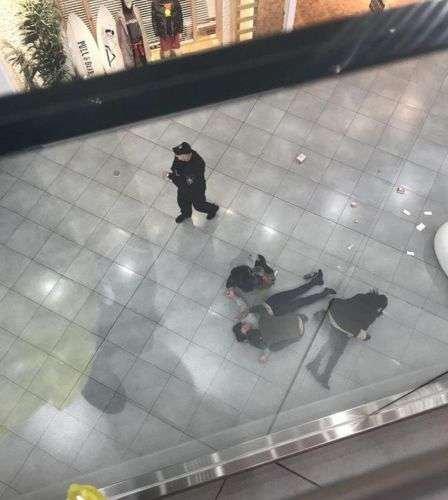 Девушка упала с перил в ТЦ в Москве: видео