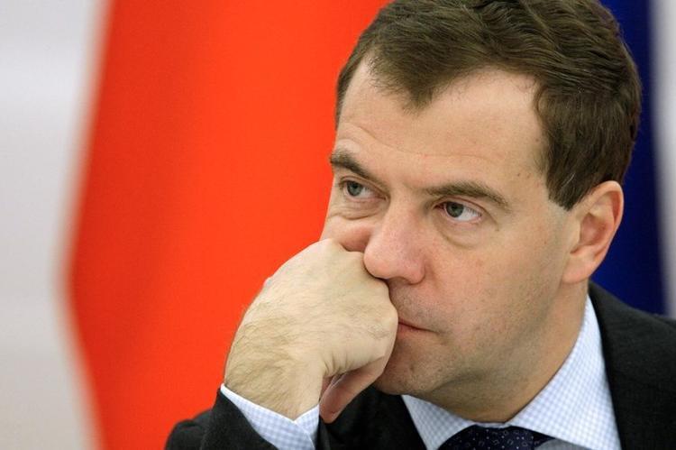 Медведев распорядился защитить российские компании от российских же санкций