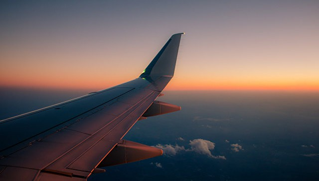 В Красноярске самолет готовится к аварийной посадке из-за трещины в стекле | Свежие новости
