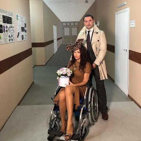Эвелина Бледанс угодила в инвалидное кресло