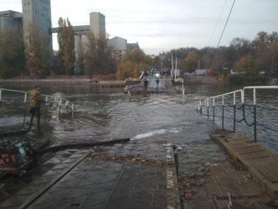 «Отрезанные от материка»: В Ростове затонула часть понтонного моста