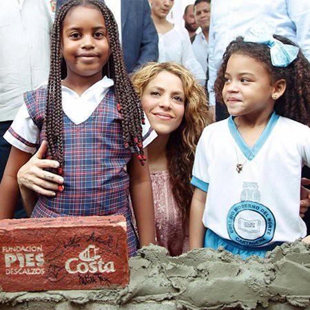 Шакира строит две школы в родной Колумбии