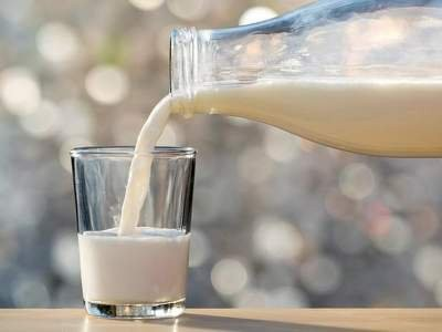 Медики рассказали об опасности употребления молока при простуде