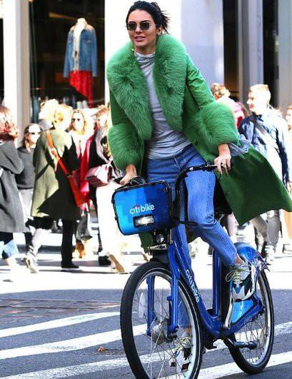 Кендалл Дженнер проехалась по улицам Нью-Йорка на велосепеде