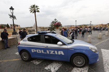 Скрывающийся итальянский мафиози захватил в заложники четырех человек
