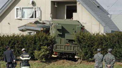 В Японии военный грузовик протаранил жилой дом
