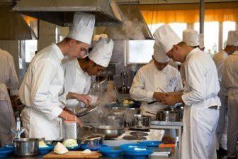 Военные курсанты из Африки и Азии соревновались с женами офицеров в приготовлении блюд в Вольске