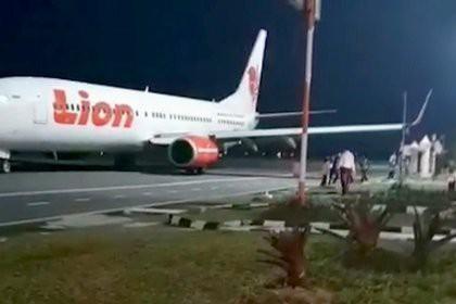 В Индонезии пассажирский самолет врезался в столб