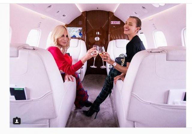 Ирина Шейк прокатилась с Донателлой Версаче в частном самолете