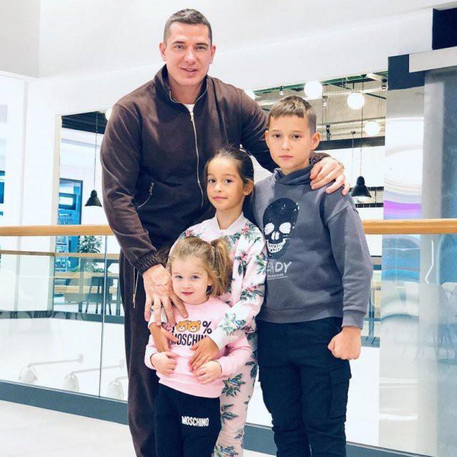 Курбан Омаров сводил в кино сына и трёх дочерей