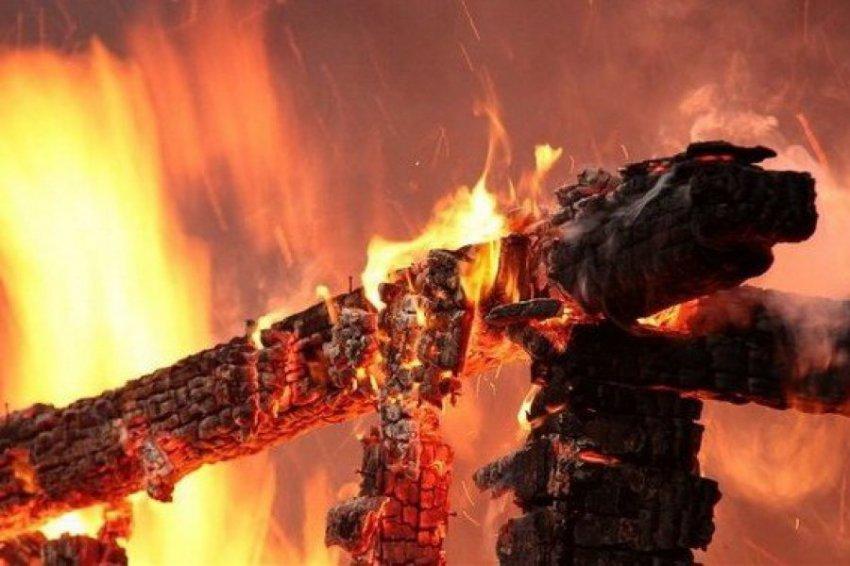При пожаре в частном доме в Кузбассе погибли 6 детей и 2 взрослых
