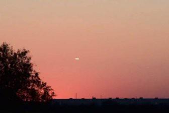Американка запечатлела НЛО на фоне заката