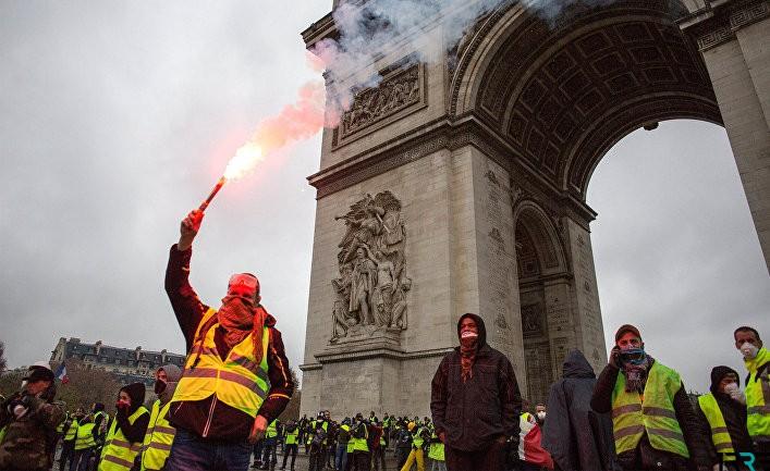 После объявленного Эммануэлем Макроном чрезвычайного положения, «жёлтые жилеты» призывают к мобилизации