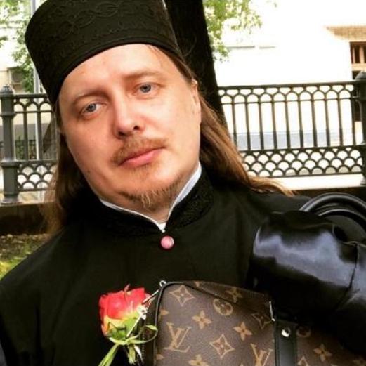 В епархии рассказали о доходах модного священника в Gucci