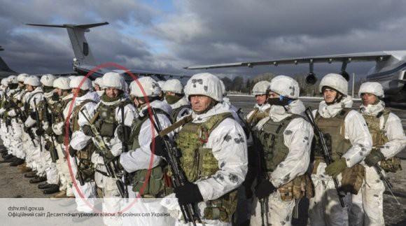 Украинский десантник объяснил, откуда взялся шеврон СС на фото с Петром Порошенко