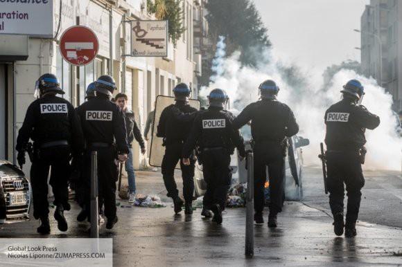 Парижанки поддержали акцию протеста голой грудью