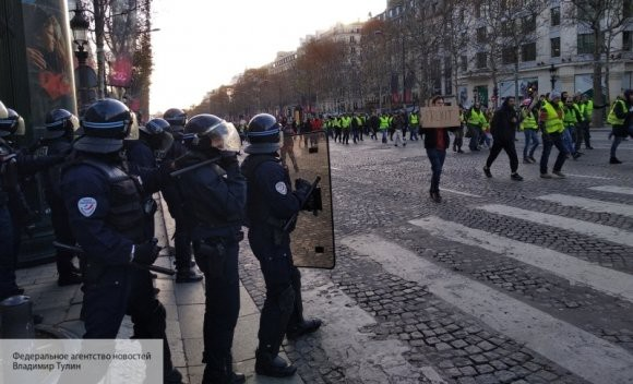 Журналистка BBC рассказала, как редакция требует от нее найти «русский след» в протестах во Франции