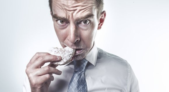 Ученые: недостаток сна заставляет людей жаждать нездоровой пищи