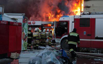 В Кемеровской области горит торговый центр