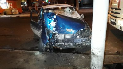 В Алматы предполагаемые угонщики врезались в светофор