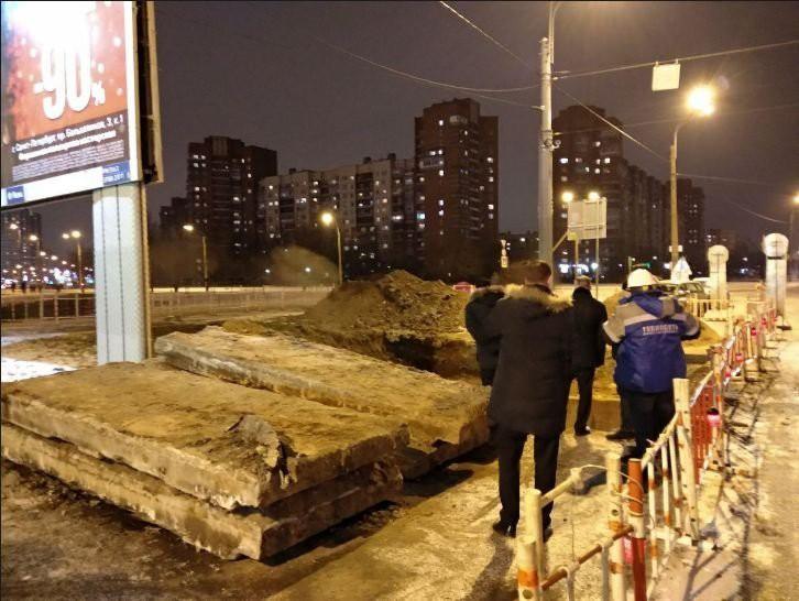 Беглов прибыл на место аварии теплосети в Невском районе
